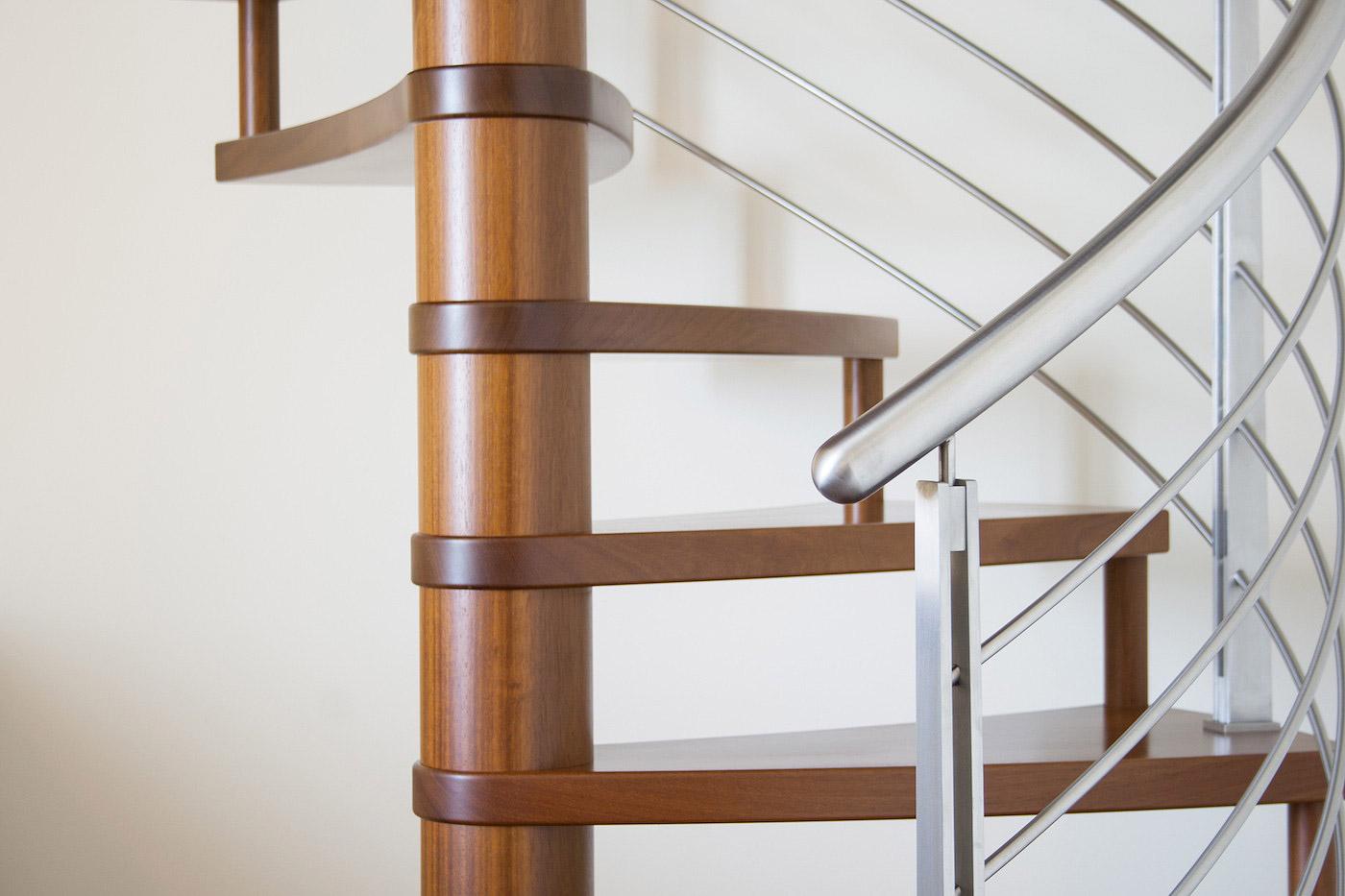 Scala a chiocciola in legno e acciaio de stalis scale - Scale a chiocciola moderne ...